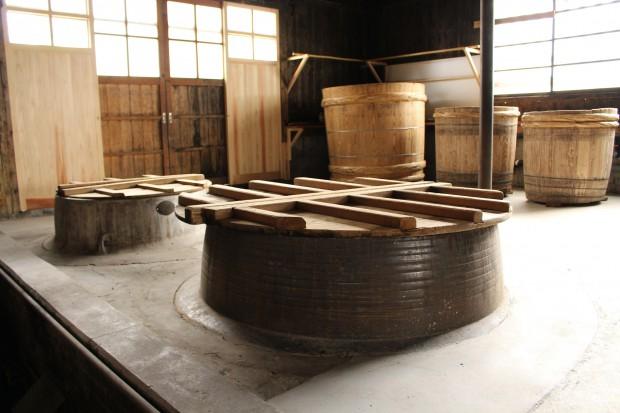 米を蒸す巨大な和釜