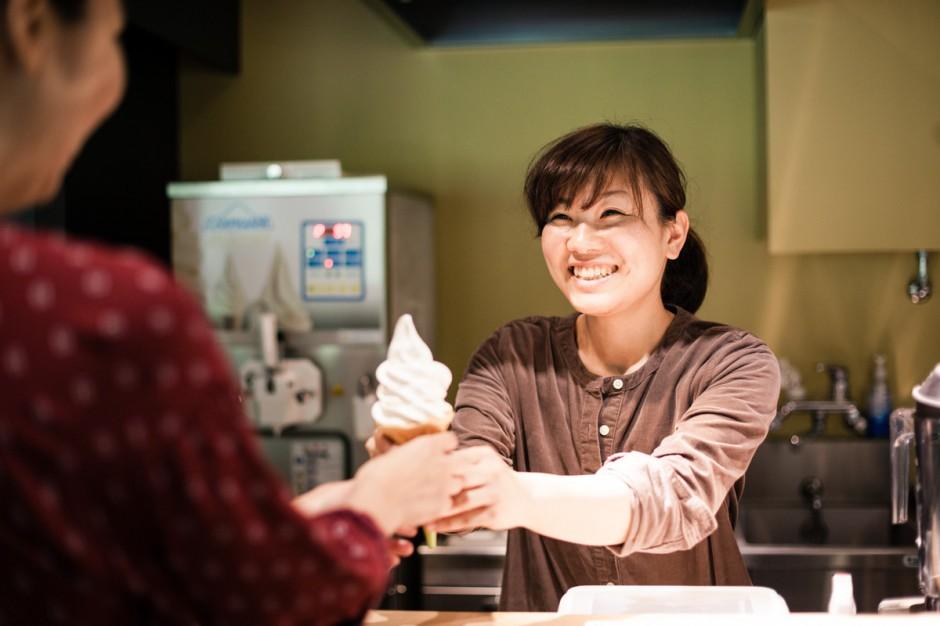 「千年こうじや」内カフェススタッフの 瀬下明日香さん