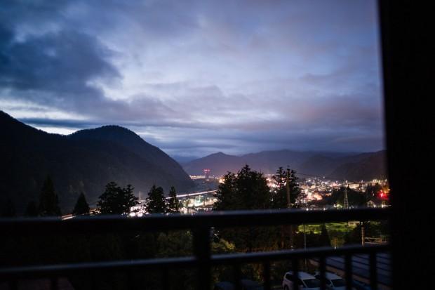 高半 かすみの間から、夜明け前の湯沢町