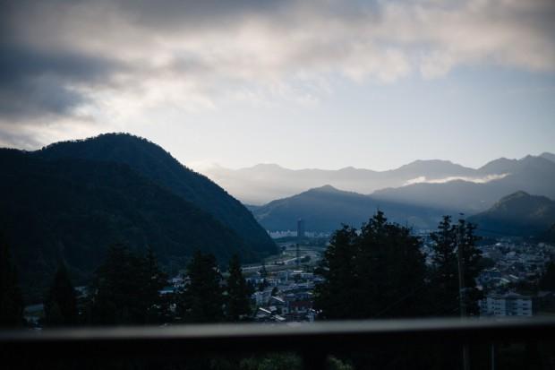 高半 かすみの間から、夜明けの湯沢町