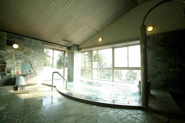 スキーロッジ内にある天然温泉