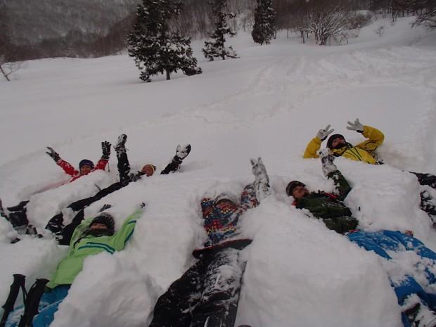 ふわふわの雪におもいっきり寝そべったり、雪上でしか体験できない遊びが楽しめる