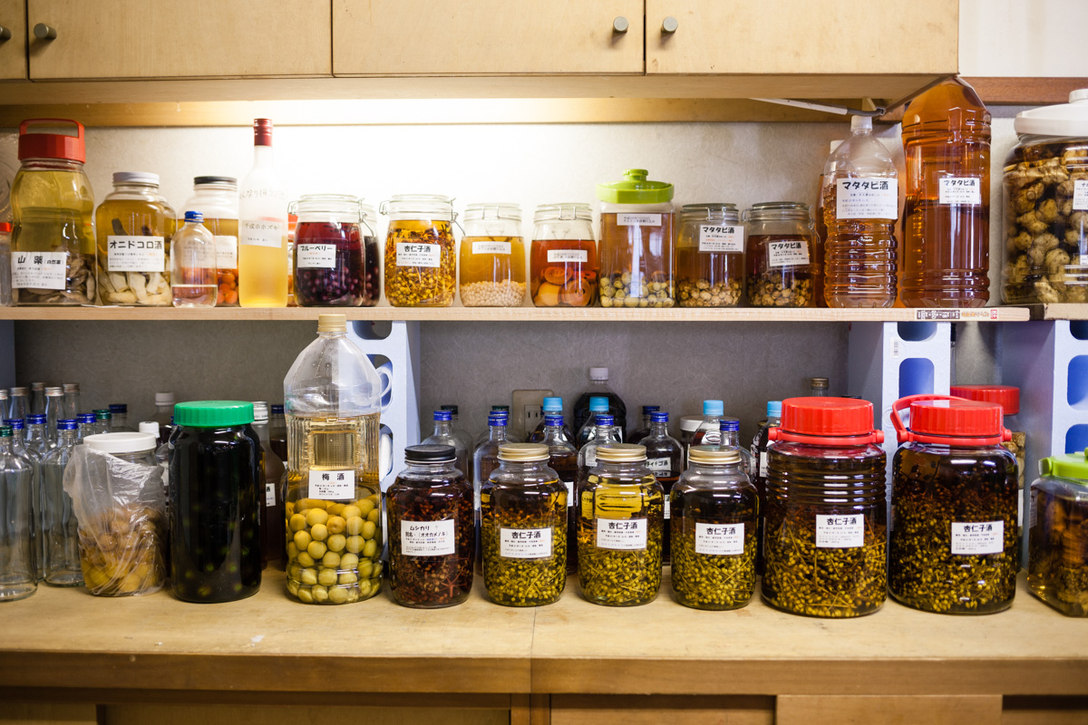 倉庫の棚に並ぶ果実酒