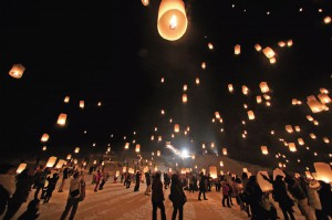 雪国の夜空舞う祈りの灯り スカイランタンに願いを込めて