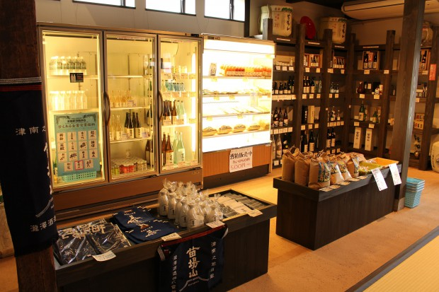 お酒を始め、地元の産品やオリジナルグッズも買える売店。試飲も可能だ。