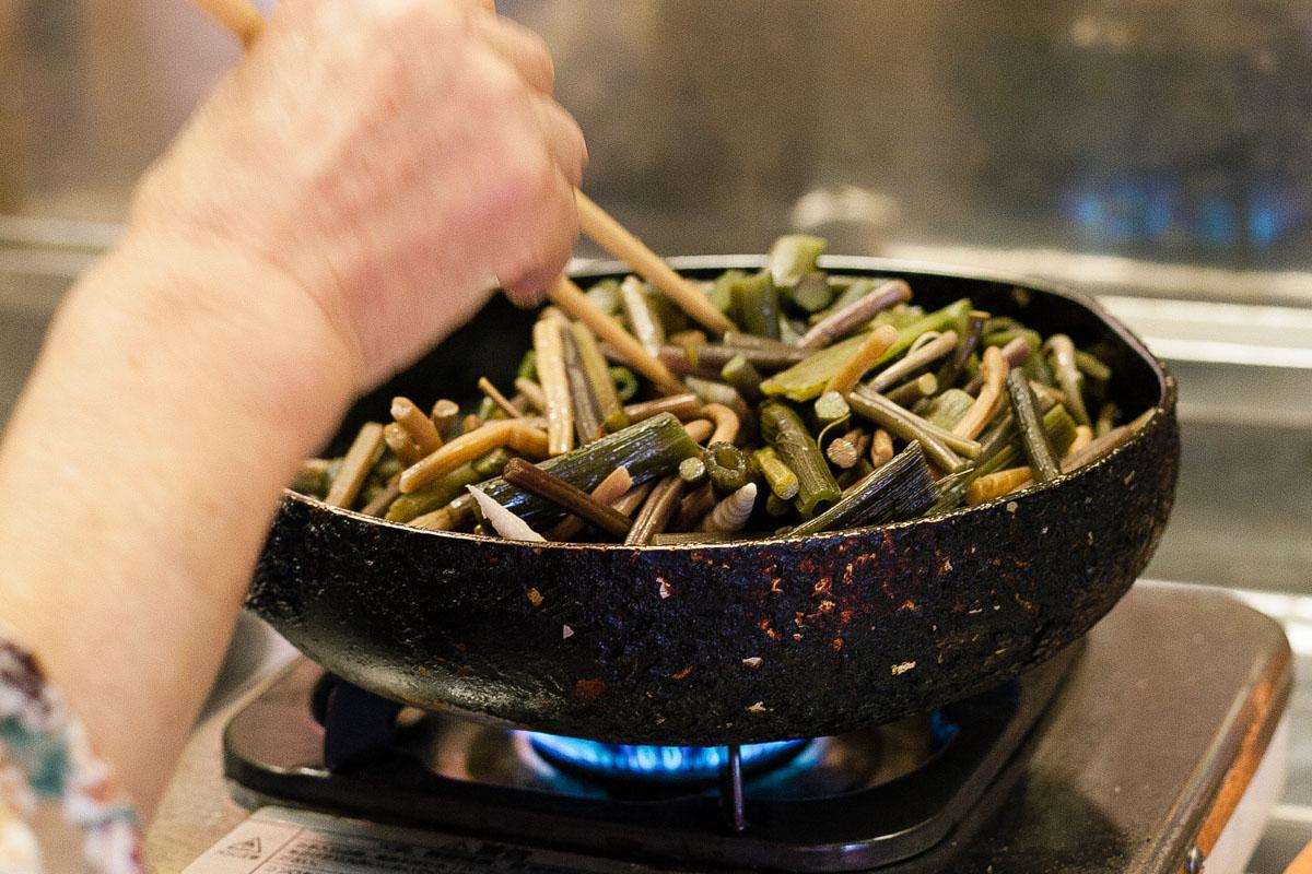 食材を炒める